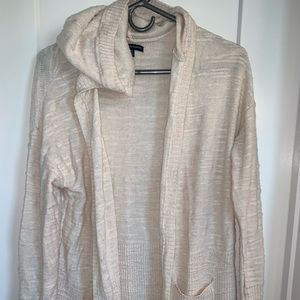 Hooded sweater with pockets. American Eagle.